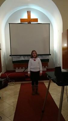 Sebestyén Viola, 2.b osztályos tanuló K. László Szilvia versét adta elő: Lusta kiskakas - small