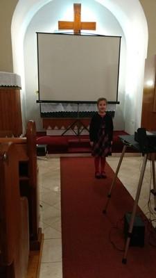 Nagy-Jaczó Lotti, 3.b osztályos tanuló Kovács Barbara versét adta elő. A mű címe: Hova növök. - small