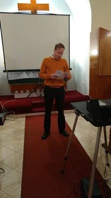 Kovács Áron, gyülekezetünk másodlelkésze egy novellát lolvasott fel Heinrich Böll-től. A novella címe: Beszélgetés a tengerparton. - small
